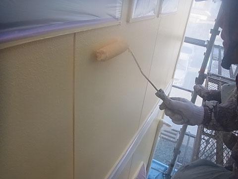 熊本市N様家。外壁上塗り中。※中塗りと同色を塗り重ね、厚みを付ける事で強度も抜群です。