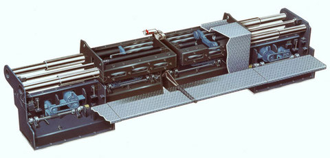 Stampferbohle eines Straßenfertigers, Prospektillustration in Airbrustechnik. Es folgen Zeichnungen von Hydraulkkreisläufen in dem Gerät für ein technisches Handbuch.