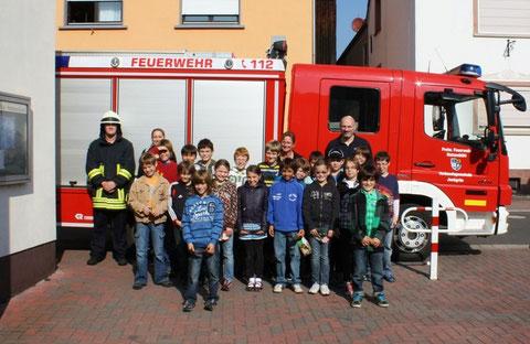 Elmar Kaufmann und Martin Dobler mit der 4. Klasse der Grundschule Hatzenbühl