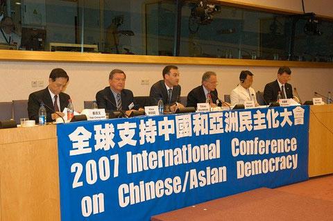 Immer wieder auf Symposien für Demokratie und Menschenrechte (hier 2007 in Brüssel)