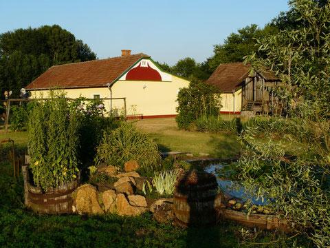 Blick vom Vorgarten zum Gästehaus