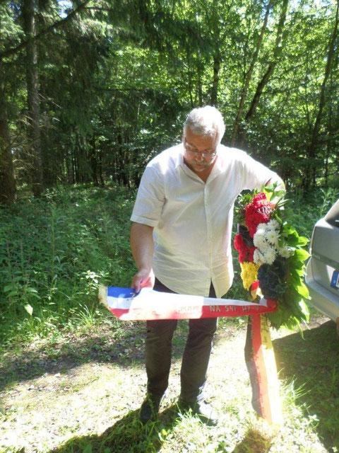 Hary Schneider et la gerbe de Löllbach à la mémoire de l'équipage