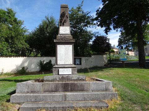 Monument aux morts d'Estandeuil  avec le nom du sous lieutenant Dugnat