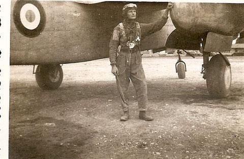 Raphael à Agadir en 1943 devant un Douglas DB-7 5 A noter la nuvelle cocarde française liserée de jaune