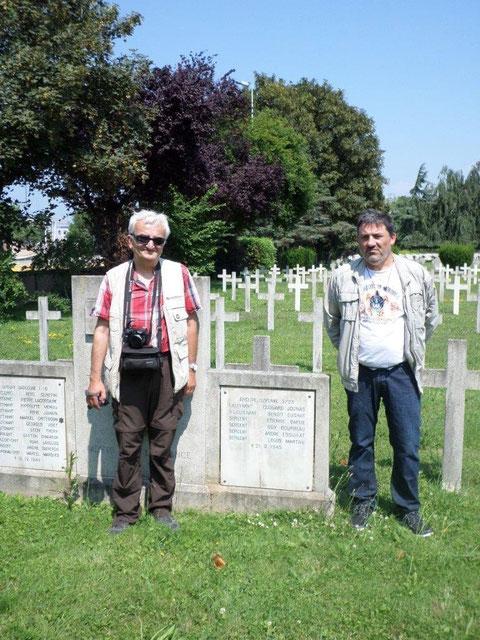 Jacques et Jean Michel devant la tombe de six membres de l'équipage à Cronenbourg en 2013