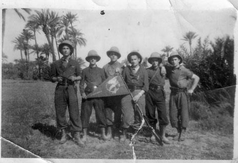Barde dans la palmeraie de Marrakech avec le fanion de la 1 ere escadrille du GR I/52