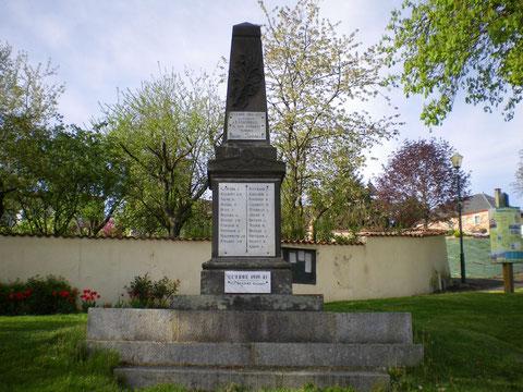 Monument aux morts de Montlouis sur Loire avec le nom du lieutenant Joumas