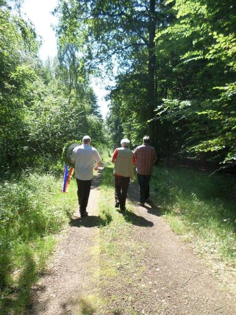 En route vers le lieu du crash dans la forêt moment émouvant s'il en est un !