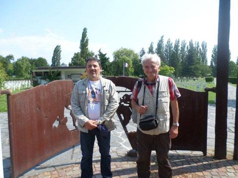 Jean Michel et Jacques en 2013 devant l'entrée de la nécropole de Cronenbourg
