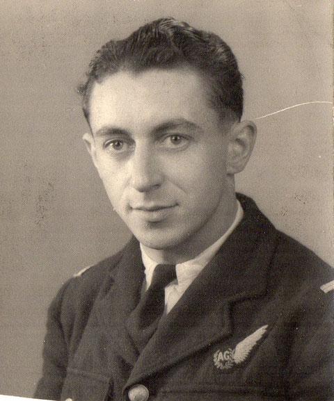 Louis Martrou en uniforme avec l'insigne Air Gunner en Angleterre  transmis par Madame Breuil René dont le marie était le cousin de Louis