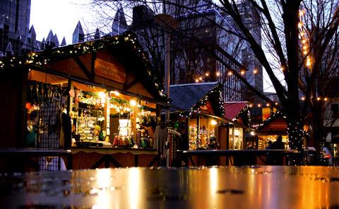 Einige Buden des Weihnachtsmarkts in Pittsburgh, schön weihnachtlich erleuchtet.