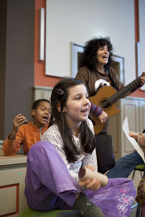 Die Musikerin Mehar Tellez mit Kindern der Nürtingen-Grundschule, Berlin-Kreuzberg