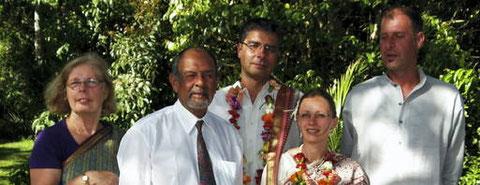Die aus Pößneck stammende Annett (geb. Franz) heiratet Hassan Pirani in Uganda. Bei der Hochzeit nach indischer Tradition halten sie ihren Sohn Phillip in den Armen und lassen sich mit den Eltern des Bräutigams fotografieren. Foto: Volker Mach