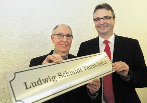 Ehrung für einen Engagierten: Andreas Lortz (rechts), Vorsitzender des TC 89 Fischbachtal, ehrte bei der Jubiläumsfeier den Zweiten Vorsitzenden Ludwig Schmidt für seinen Einsatz nicht zuletzt für das Vereinsheim. Foto: Karl-Heinz Bärtl