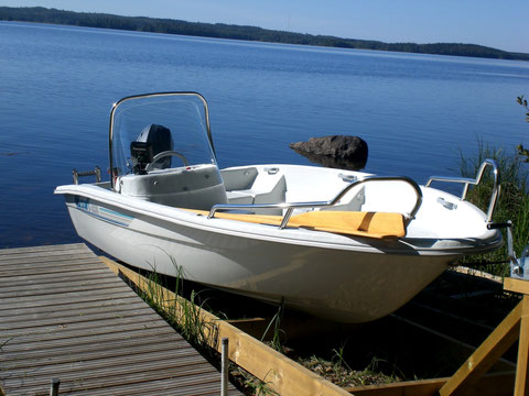 Unser Motor- / Angelboot, 20 PS, führerscheinfrei mit Motorhebeanlage, Badeleiter, GPS-Navigationsgerät und Fischfinder. Auch mit den 2 Langruder steuerbar.