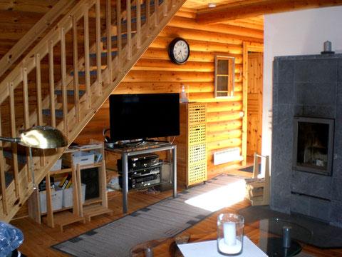 Flachbild TV 40 Zoll, Blu-Ray Player, Hifi-Anlage mit CD-Player im Wohnzimmer.