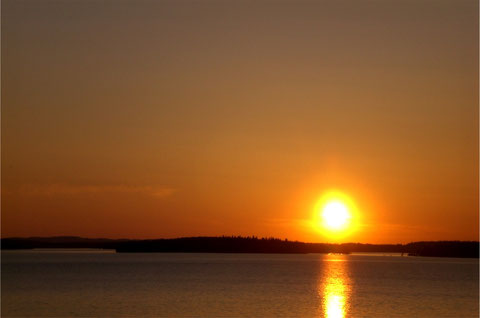 Mit dem motorisierten Angelboot, dem Ruderboot oder Kanu herrliche Sonnenuntergänge wie am Meer genießen.