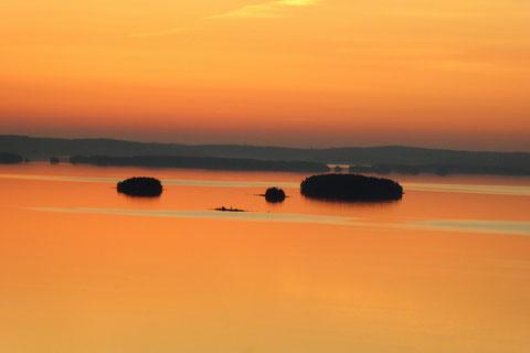 Abendstimmung über dem Päijänne See. Blick vom m 1,5 km entfernten Aussichtsturm, fußläufig direkt vom Ferienhaus erreichbar.