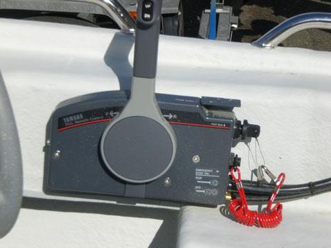 Der Gashebel am Steuersitz mit Up / Down-Schalter für die Motorhebeanlage und Sicherheitszündunterbrechung (rotes Kabel) für den Bootsführer ...