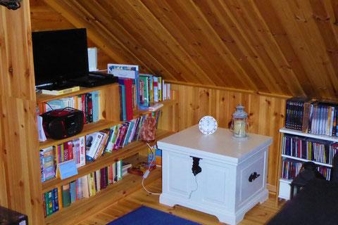 Gemütliches Lesesofa (ausklappbare Schlafcouch) in der Multimediaecke auf der Galerie. Inkl. zweitem Blu-Ray Player, DVD´s, Radio-CD-Player. CD´s, Bücher, Hörbücher, Kinderbücher, Leselampe.