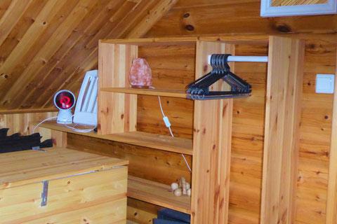 Ablageflächen ... Schlafzimmer im Dachgeschoss.
