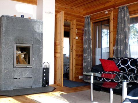 Massiver Speckstein-Kaminofen, 2.000 kg, im großzügigen, hellen Wohnzimmer mit Seeblick.