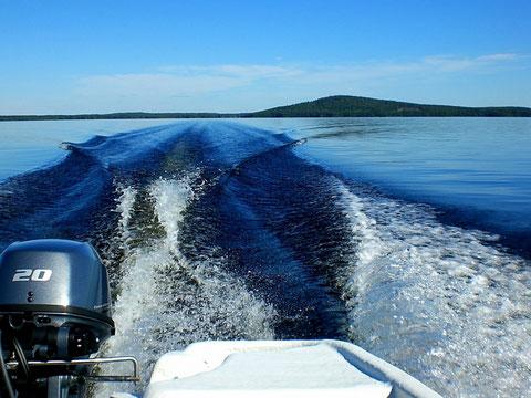 """Geben Sie mit dem Angelboot, 20 PS, mal so richtig Gas und genießen Sie die weitläufigen Inselwelten des großen Schärengebietes """"Päijänne See Nationalpark""""! Im Hintergrund die Insel Päijätsalo mit Ihrem Ferienhaus und Aussichtsturm auf dem kleinen """"Berg""""."""