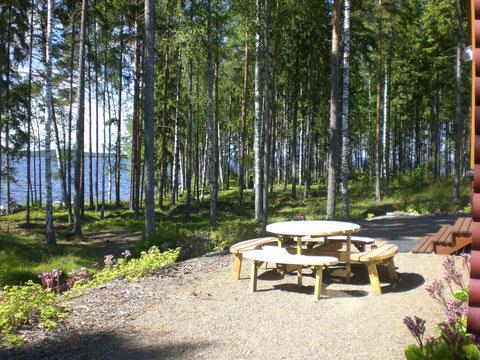 Machen Sie es sich in der Sonne gemütlich und genießen Sie den Ausblick auf den Archipel des Nationalparks Päijänne See vor Ihrem Ferienhaus.