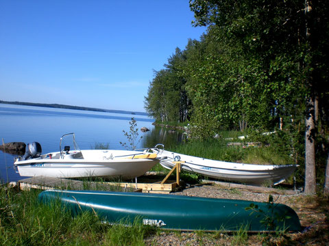 """Inoffizielle Badestelle mit kleinem Steg, Motorboot, Kanu und Ruderboot, ca. 50m direkt vorm dem Haus.  Dahinter ist die """"offizielle"""" Badestelle und ein Bootsplatz."""