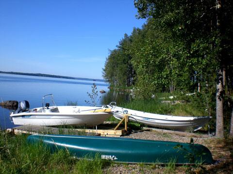 """Badestelle mit kleinem Steg, Motorboot, Kanu und Ruderboot.50 m vor dem Haus. ca. 50m direkt vorm dem Haus.  Dahinter ist die """"offizielle"""" Badestelle und ein Bootsplatz."""