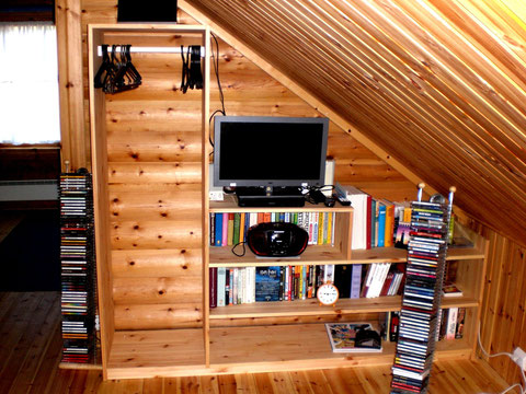 Lese- und Multimediaecke auf der Galerie. Zusätzliches TV, Blu-Ray Player, DVD´s div. Genres, div. CD´s versch. Genres, Bücher und Hörbücher auf Deutsch.