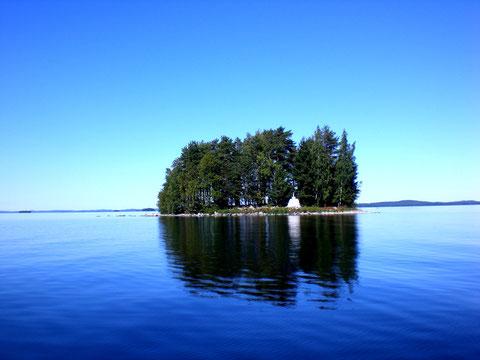 Typisch für Finnland. Kleine bewaldete Insel im See.