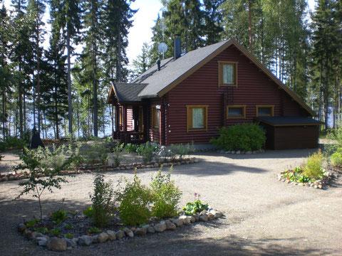 Das Sunny Mökki Sysmä. Ansicht von der Straßenseite Richtung See.