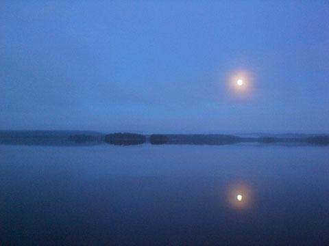 Herbstliche Nachtstimmung am See vor dem Haus.