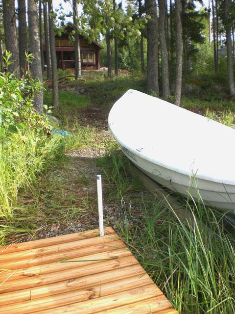 Unser Ruderboot am kleinen Steg, ca. 50 m direkt vor dem Haus.