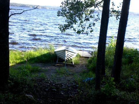 Boot und Badestelle direkt vor dem Haus.