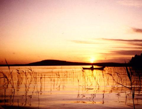 """Genießen Sie Sonnenaufgänge beim Angeln in den Schilfzonen der Bucht vor dem Haus. Im Hintergrund die Insel Päijätsalo mit Ihrem Domizil und dem """"Berg"""" mit Aussichtsturm und Panororamblick über dem See, 1,5 km vom Haus"""