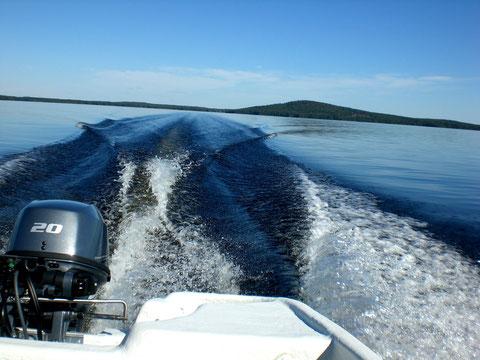 Von Ihrem Blockhaus auf der Insel Päijätsalo mit unserem Motorboot zur Insel Kelvenne mit einsamen Sandstränden.