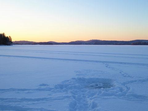 Das könnte Ihr Eisloch in der Bucht vor dem Ferienhaus sein. Ganz Mutige werden mit einem tollen Sonnenaufgang belohnt. Und dann geht es zurück in die warme Sauna.