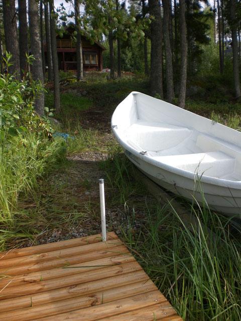 Unser Ruderboot am kleinen Steg, weniger als 50 m direkt vor dem Haus. Dort auch das Angelboot und das Kanu.