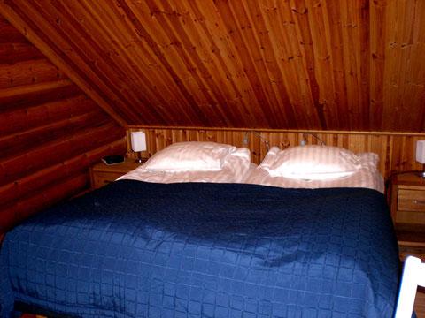 Großes Schlafzimmer im Dachgeschoss mit genügend Ablageflächen.