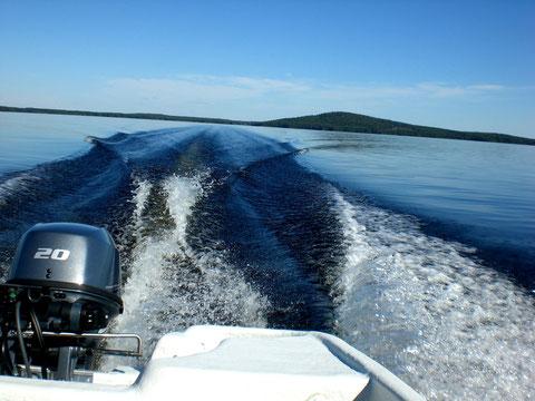 """Geben Sie mit dem Angelboot, 20 PS, mal so richtig Gas und genießen Sie die weitläufigen Inselwelten des großen Schärengebietes """"Päijänne See Nationalpark""""! Im Hintergrund die Insel Päijätsalo mit Ihrem Ferienhaus und Aussichtsturm auf dem kleinen """"Berg"""""""