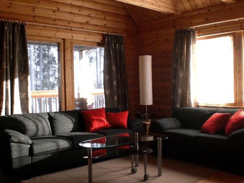 Großzügiges helles Wohnzimmer mit Blick auf den See, inkl. gemauertem Speckstein-Kaminofen mit Glastür.