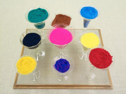 Aureolin, Kobaltblau, Kadmiumrot, Indigo, Laque Solferino, Kadmium Zitron, Kobaltgrün, Kadmium Braun und Coelinblau