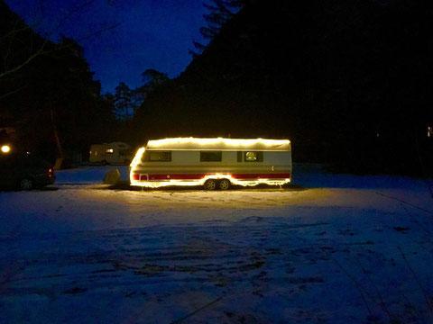 KABE mit kreativer Weihnachtsbeleuchtung. Foto von Frau und Herr M.