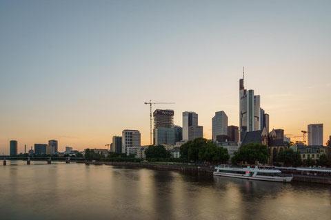 Das Motiv kurz vor der blauen Stunde: Die Skyline ist farblich blass und die Lichter der Stadt sind noch ausgeschaltet