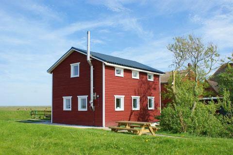 """""""Dat Ferienhus"""" - Urlaub im skandinavischen Holzhaus mit Kamin auf Volkertswarft"""