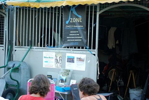 Ecuries Equestria 2012: présentoirs HILTON HERBS et LA SANGLIERE devant notre box sellerie