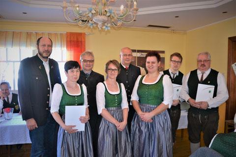 Die geehrten Mitglieder Hermine Allmer, Christiane Taschner, Michael Peinsipp und Johann Fuchs mit den Ehrengästen und Kapellmeisterin Andrea Goger