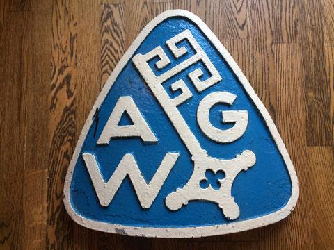 Das Guss-Schild mit dem alten Werftlogo